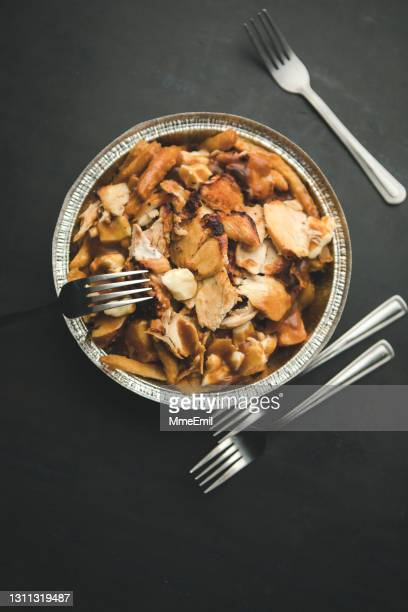 canadian street food, poutine topped with grilled chicken - mmeemil stock pictures, royalty-free photos & images