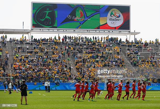 Canadian team warm up before the Women's Olympic Football Bronze Medal match between Brazil and Canada at Arena Corinthians on August 19 2016 in Sao...