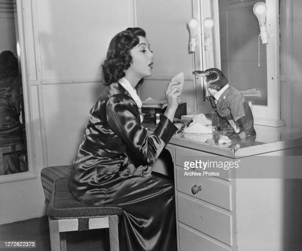 Canadian-American actress Ann Rutherford pretends to put powder on the beak of Pete the penguin, 1940. Both are appearing in Wilhelm Thiele's comedy,...