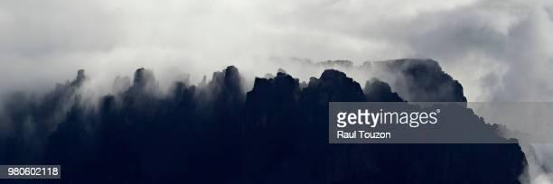 tepuis, tabletop mountains that rise dramatically out of the jungle and the gran sabana. - la gran sabana fotografías e imágenes de stock