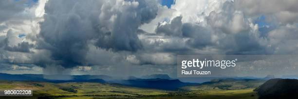 late afternoon rainfalls in the gran sabana. - la gran sabana fotografías e imágenes de stock