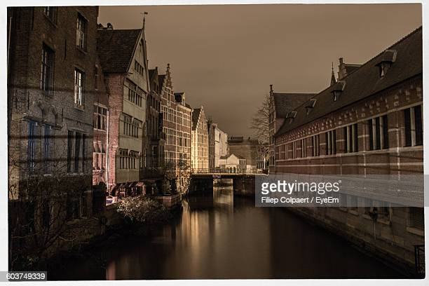 canal amidst buildings against sky at dusk - transferbild stock-fotos und bilder