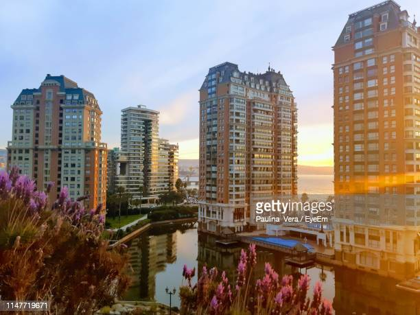 canal amidst buildings against sky during sunset - ビーニャデルマル ストックフォトと画像