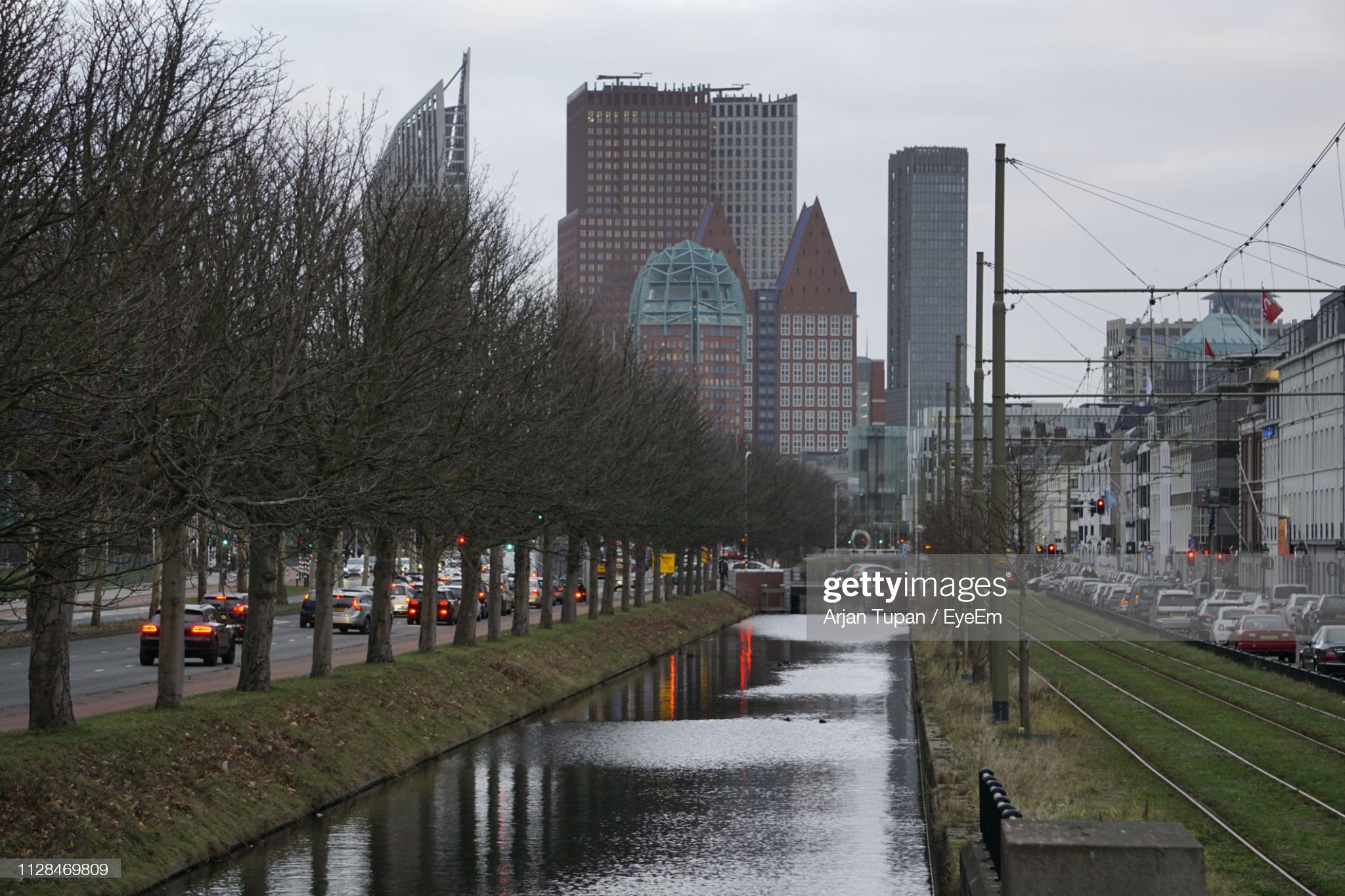Canal Amidst Buildings In City Against Sky : Foto stock