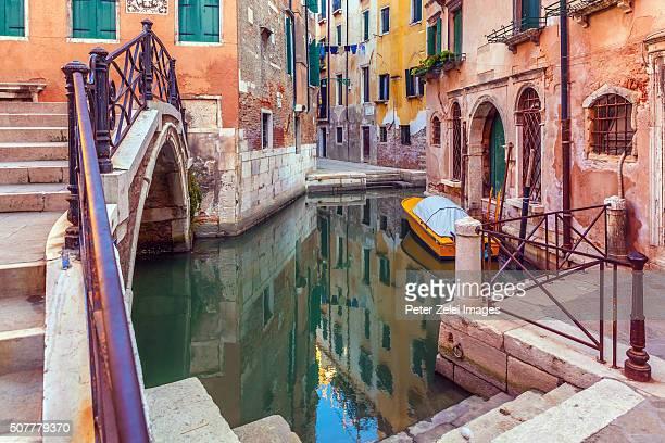 canal and footbridge in venice - kanal stock-fotos und bilder