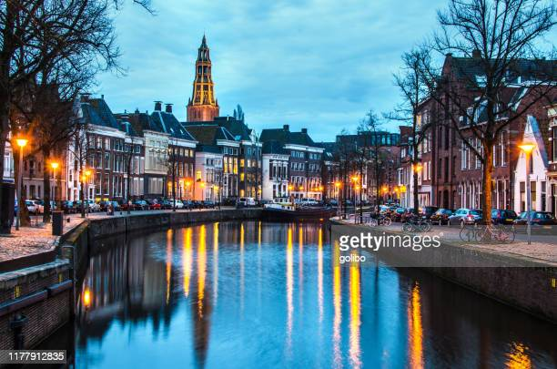 een kanaal 's nachts in groningen een stad in het noorden van nederland - groningen provincie stockfoto's en -beelden