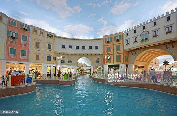 canal at villaggio mall in doha - doha photos et images de collection