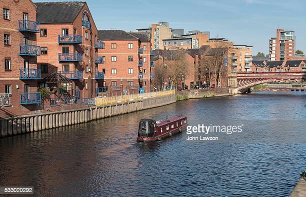 canal boat on the river aire, leeds - leeds city centre fotografías e imágenes de stock