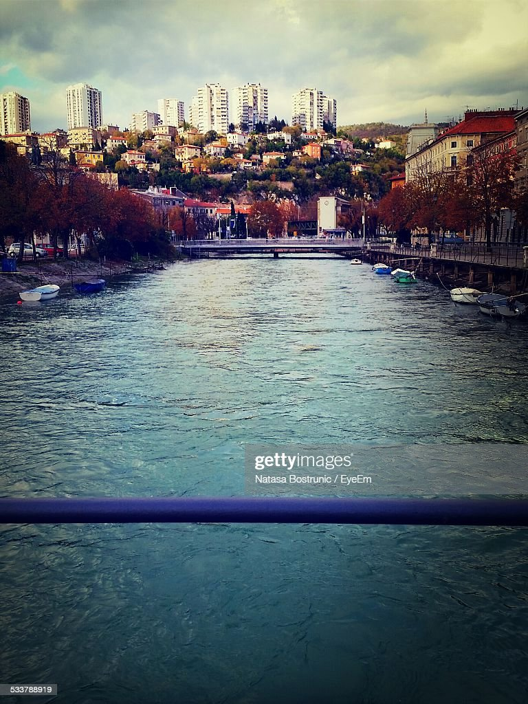Canal Flowing Through City : Foto stock