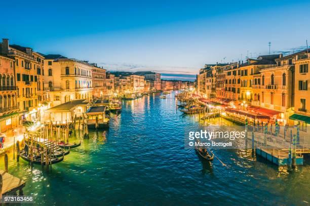 canal grande at dusk, venice, italy. - gran canal venecia fotografías e imágenes de stock