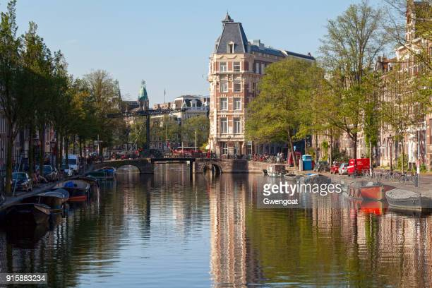 canal in central amsterdam - gwengoat stock pictures, royalty-free photos & images