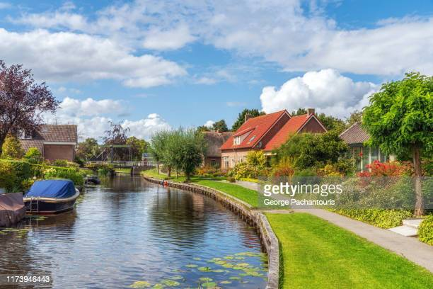 canal in picturesque dutch village - giethoorn stock pictures, royalty-free photos & images