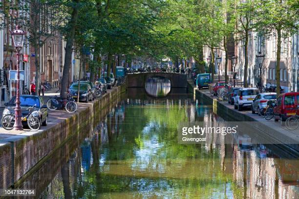 canal in the city center of amsterdam - gwengoat stock pictures, royalty-free photos & images