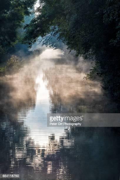 canal mist - イギリス バークシャー ストックフォトと画像