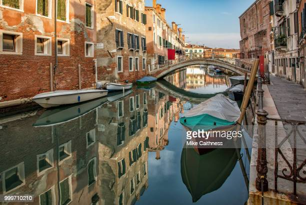 canal reflections - mike caithness stock pictures, royalty-free photos & images