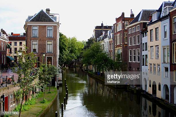 canal running through utrecht on an overcast day - utrecht stockfoto's en -beelden