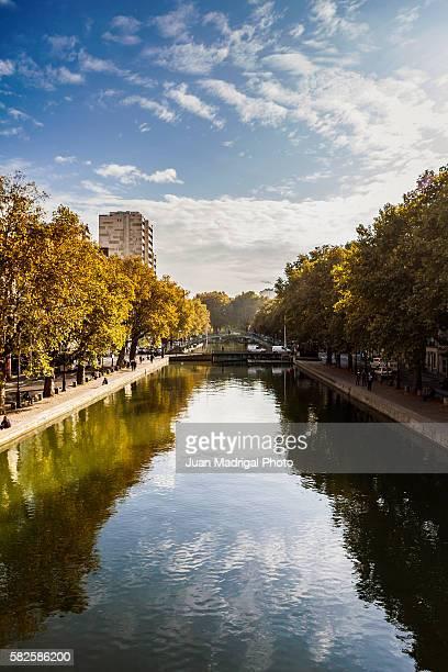 canal saint-martin in fall - canale foto e immagini stock