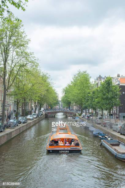 """canal tour boat at the amsterdam canals during summer - """"sjoerd van der wal"""" or """"sjo"""" stock pictures, royalty-free photos & images"""