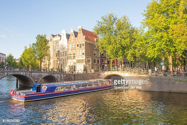 "canal tour boat at the amsterdam keizersgracht canal in holland - ""sjoerd van der wal"" stockfoto's en -beelden"