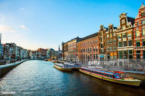 vue sur le canal d'amsterdam - amsterdam photos et images de collection