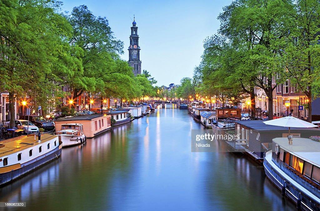 Vista al Canal de houseboats en Ámsterdam : Foto de stock