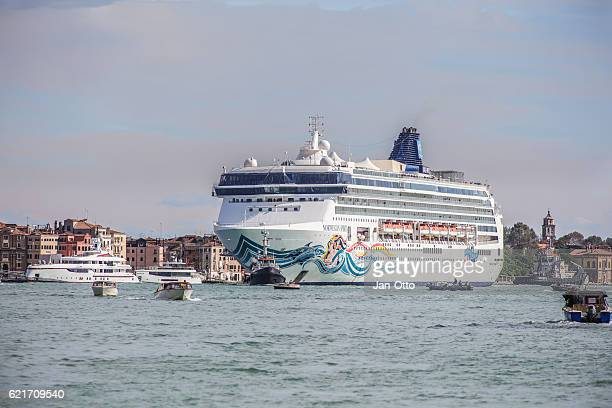 canale grande and cruise ship - passenger craft stock pictures, royalty-free photos & images