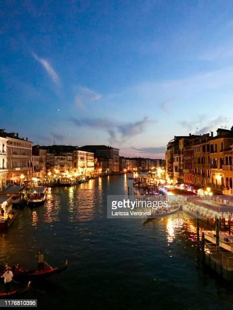 canale grande from the rialto bridge at night, venice, italy - larissa veronesi fotografías e imágenes de stock