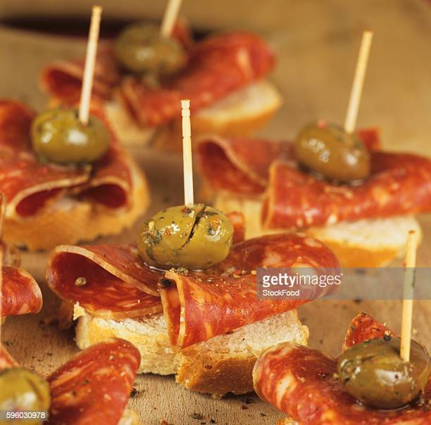 canap??s with chorizo and green olives - canap�� photos et images de collection