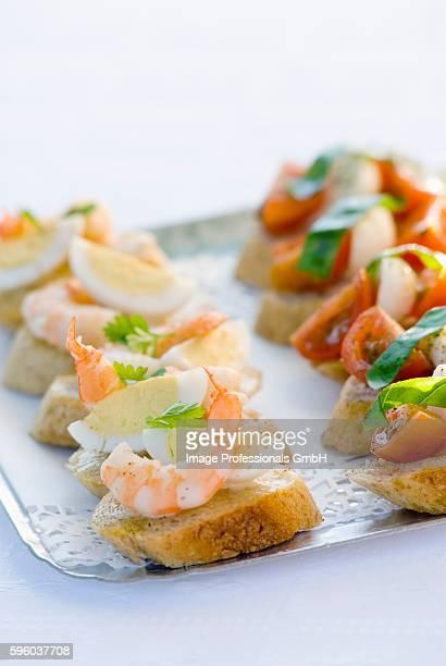 canap??s with prawn, egg, tomato, mozzarella on tray - canap�� photos et images de collection