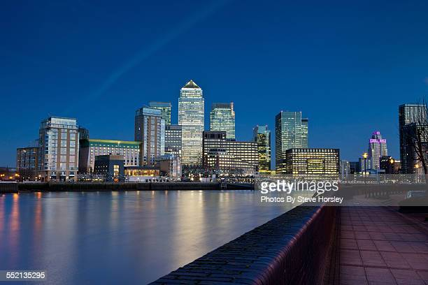 canary wharf at dusk - canary wharf stock photos and pictures