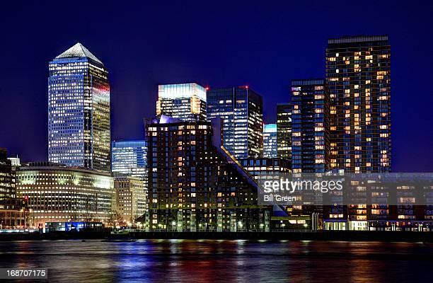 canary wharf by night - ロンドン サウスバンク ストックフォトと画像