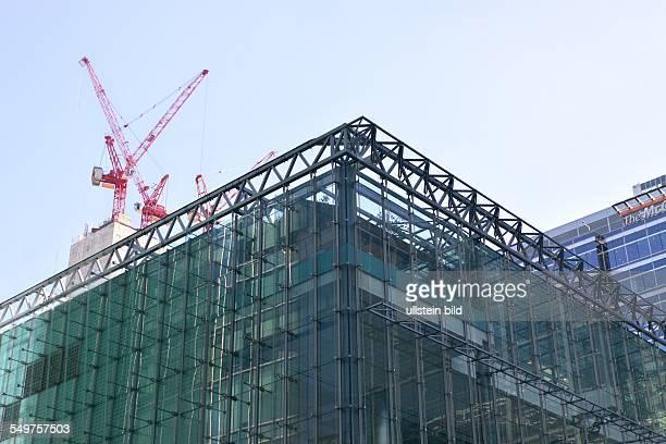 Canary Wharf London Bürogebäude Im Hintergrund Baukräne auf dem Rohbau eines neuen Büroturmes
