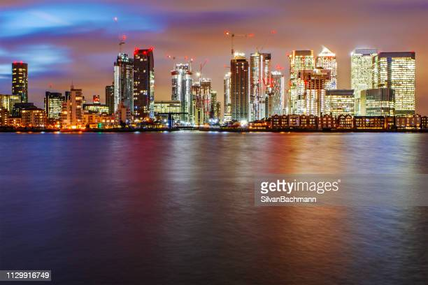 canary wharf skyline at night, london, united kingdom - isle of dogs london stock pictures, royalty-free photos & images