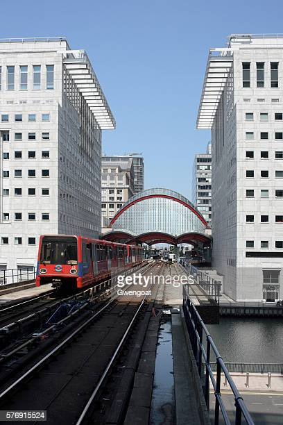 canary wharf station in london - gwengoat stock pictures, royalty-free photos & images