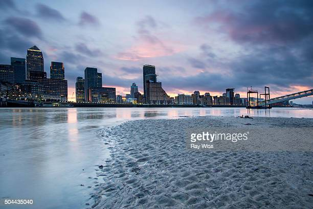 canary wharf sunrise - low tide stock pictures, royalty-free photos & images