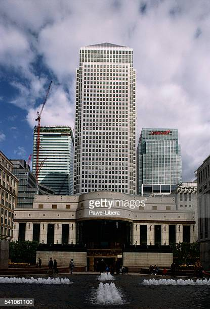 canary wharf towers - headquarters stock pictures, royalty-free photos & images