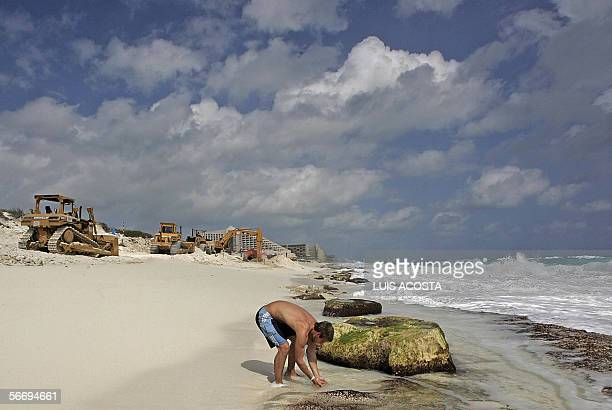 Un turista disfruta una playa de Cancun Mexico el 28 de enero de 2006 Las autoridades civiles y los empresarios adelantan trabajos para le...