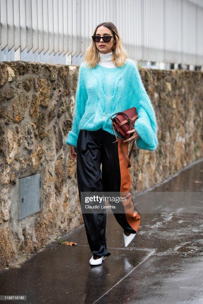 Street Style - Paris Fashion Week Womenswear Fall/Winter 2019/2020 : Day Five : Fotografía de noticias