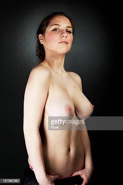 Natural hermosa joven mujer bajo techo, vertical, de carne
