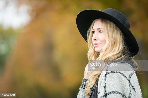 Candid Porträt-Aufnahme im Außenbereich, Frau mit Hut