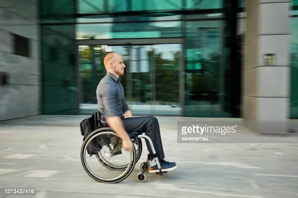 移動中の車椅子のビジネスマンの率直な肖像画 - 麻痺 ストックフォトと画像