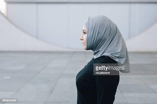 イスラム教徒の女性の率直な肖像画。 - 宗教的なベール ストックフォトと画像
