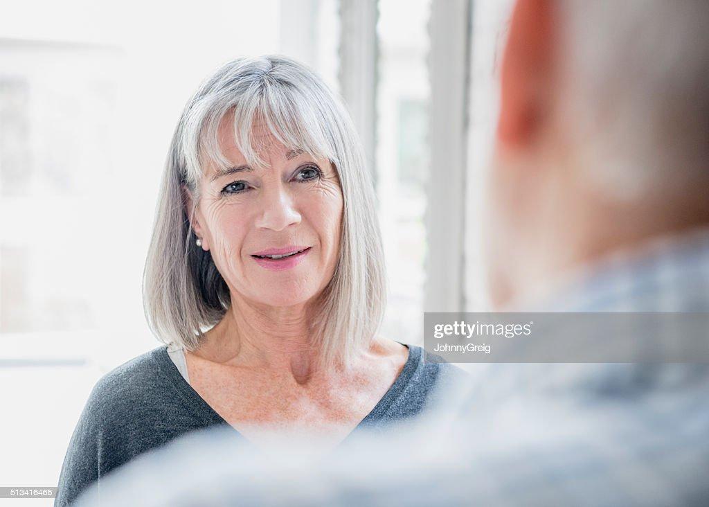Offene Porträt von leitender Frau mit Haar Grau tauchte : Stock-Foto