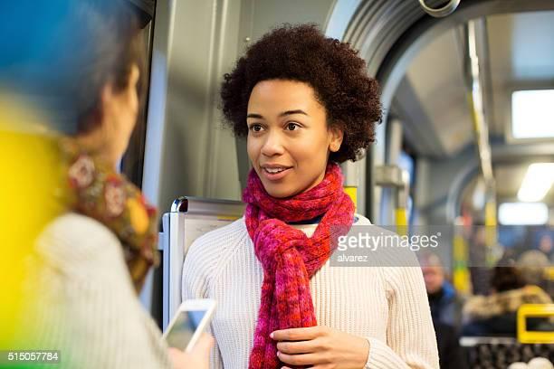 Offene Porträt von Frau mit Ihrem Freund in der U-Bahn