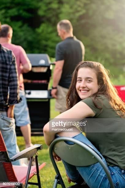 """cándido retrato de mujer joven antes de barbacoa, al aire libre de verano. - """"martine doucet"""" or martinedoucet fotografías e imágenes de stock"""
