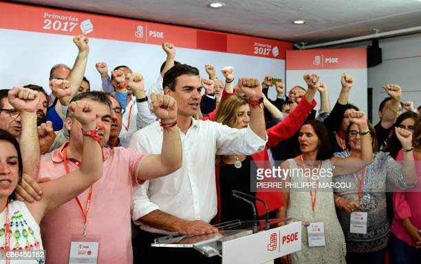 Candidate for the SecretaryGeneral of the Spanish Socialist Workers' Party Pedro Sanchez raises his fist as he sings The Internationale with other...