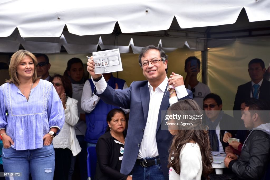 Candidate Gustavo Petro votes in the presidential elections in Colombia : ニュース写真