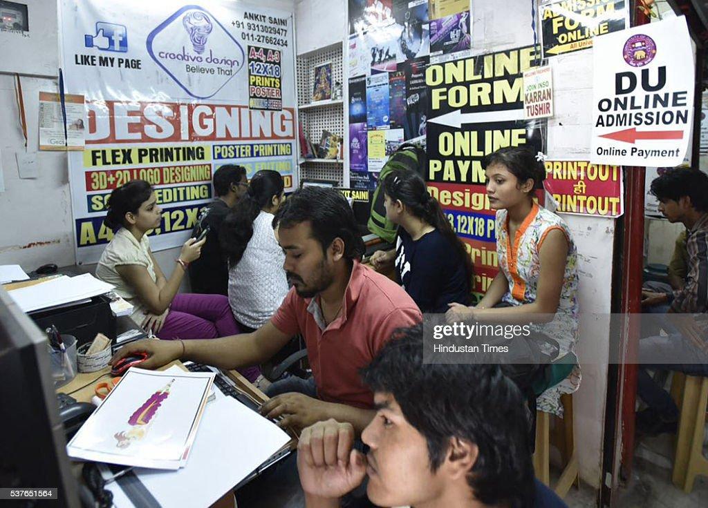 candidates filling online application forms for delhi universityの