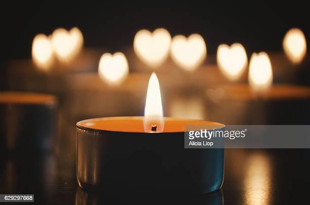candle heart - religión fotografías e imágenes de stock