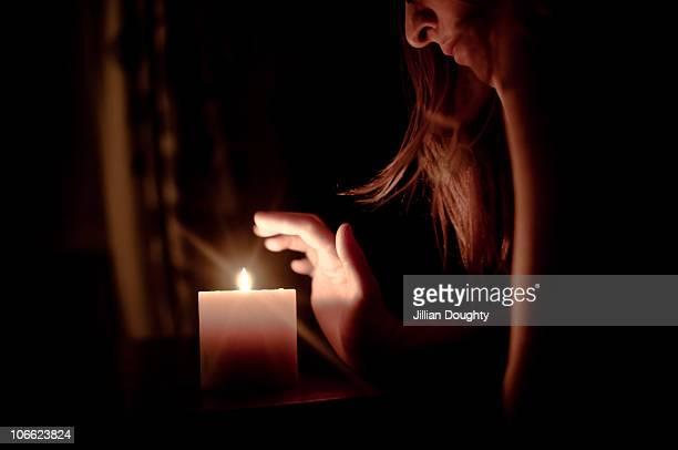candle portrait - candela attrezzatura per illuminazione foto e immagini stock